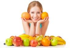 Muchacha feliz y comida vegetariana sana, fruta aislada en el fondo blanco Fotografía de archivo