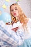 Muchacha feliz y su torta de cumpleaños Imagen de archivo libre de regalías