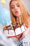 Muchacha feliz y su torta de cumpleaños Imágenes de archivo libres de regalías