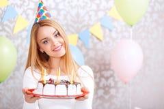 Muchacha feliz y su torta de cumpleaños Foto de archivo