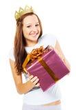 Muchacha festiva con un rectángulo de regalo Foto de archivo libre de regalías
