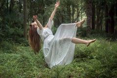 Muchacha flotante en bosque Imagenes de archivo