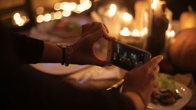 Muchacha fotografiada en una tabla festiva almacen de metraje de vídeo