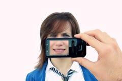 Muchacha fotografiada por el teléfono celular Imagenes de archivo