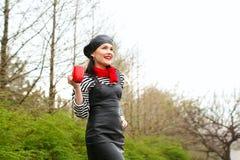 Muchacha francesa atractiva joven atractiva con una taza de bebida sobre GR Imagen de archivo libre de regalías