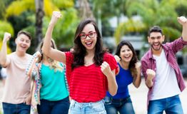 Muchacha francesa que anima con el grupo feliz de amigos foto de archivo libre de regalías