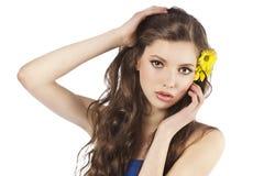 Muchacha fresca con la flor amarilla Foto de archivo libre de regalías
