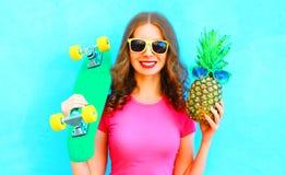 Muchacha fresca con las gafas de sol del monopatín y de la piña que se divierten Fotografía de archivo libre de regalías