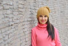 Muchacha fresca de la moda del retrato en ropa colorida Foto de archivo