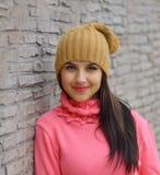 Muchacha fresca de la moda del retrato en ropa colorida Imagen de archivo libre de regalías