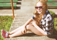 Muchacha fresca del inconformista en las gafas de sol al aire libre que descansan en la ciudad Imagen de archivo libre de regalías