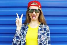 Muchacha fresca del inconformista en las gafas de sol y la ropa colorida que se divierten Fotografía de archivo