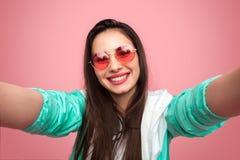 Muchacha fresca elegante que toma el selfie Imágenes de archivo libres de regalías
