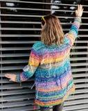Muchacha fresca en el suéter de lana colorido que presenta en jardín Fotografía de archivo libre de regalías