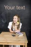 Muchacha fresca joven del adolescente en sala de clase en Foto de archivo