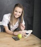 Muchacha fresca joven del adolescente en sala de clase en Imagen de archivo