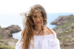 Muchacha frustrada con el pelo enredado debido al viento Imagen de archivo libre de regalías