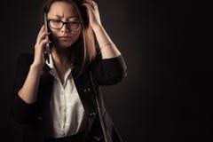 Muchacha frustrada del adolescente con el teléfono móvil Imágenes de archivo libres de regalías