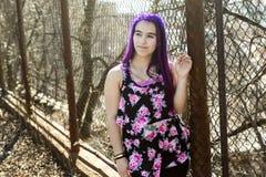 Muchacha fuera del retrato con el pelo púrpura Imagenes de archivo