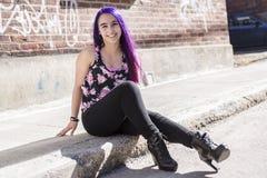 Muchacha fuera del retrato con el pelo púrpura Foto de archivo libre de regalías