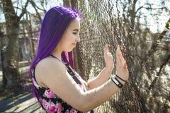 Muchacha fuera del retrato con el pelo púrpura Fotografía de archivo