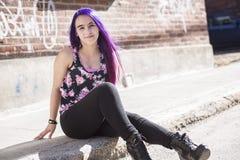 Muchacha fuera del retrato con el pelo púrpura Imagen de archivo libre de regalías