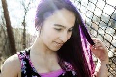 Muchacha fuera del retrato con el pelo púrpura Fotos de archivo