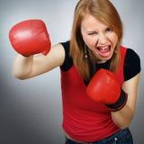 Muchacha fuerte hermosa en los guantes rojos para el boxeo fotos de archivo libres de regalías