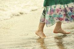 Muchacha funcionada con en la playa Foto de archivo libre de regalías