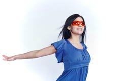 Muchacha futurista con las gafas de sol rojas Imágenes de archivo libres de regalías