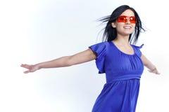 Muchacha futurista con las gafas de sol rojas Fotos de archivo