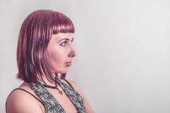 Muchacha gótica con el pelo carmesí corto Foto de archivo libre de regalías