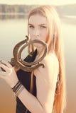 Muchacha gótica con el pelo rojo largo y el espejo viejo Fotografía de archivo libre de regalías