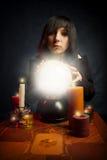 Muchacha gótica con una bola cristalina Fotos de archivo libres de regalías