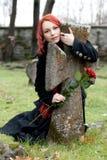 Muchacha gótica con una rosa   Imagen de archivo libre de regalías
