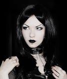 Muchacha gótica en negro imagen de archivo libre de regalías