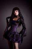 Muchacha gótica romántica en el equipo gótico púrpura y negro de Halloween imágenes de archivo libres de regalías