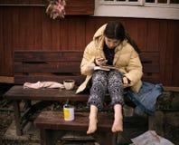 Muchacha gitana del estudiante del país del adolescente que tiene estudiar en línea de la lección distante Fotografía de archivo