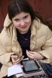 Muchacha gitana del estudiante del país del adolescente que tiene estudiar en línea de la lección distante Imágenes de archivo libres de regalías