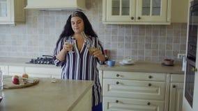 Muchacha gorda en la cocina almacen de metraje de vídeo