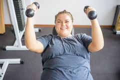 Muchacha gorda en un gimnasio fotos de archivo