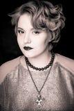 Muchacha gorda hermosa con el pelo meloso en un fondo negro Imagenes de archivo