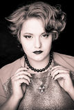 Muchacha gorda hermosa con el pelo meloso en un fondo negro Fotografía de archivo libre de regalías
