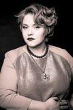 Muchacha gorda hermosa con el pelo meloso en un fondo negro Fotos de archivo libres de regalías