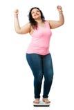 Muchacha gorda positiva en escala de la dieta Foto de archivo libre de regalías