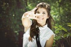 Muchacha graduada en un parque Foto de archivo libre de regalías