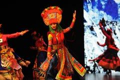  muchacha-grande del show†de los escenarios de la escala de los trajes tibetanos el  del legend†del camino Imagen de archivo