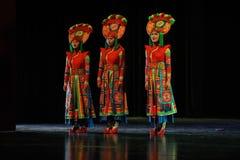  muchacha-grande del show†de los escenarios de la escala de los trajes tibetanos el  del legend†del camino Imágenes de archivo libres de regalías