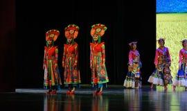  muchacha-grande del show†de los escenarios de la escala de los trajes tibetanos el  del legend†del camino Fotos de archivo