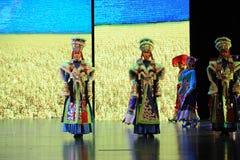  muchacha-grande del show†de los escenarios de la escala de los trajes tibetanos el  del legend†del camino Fotografía de archivo